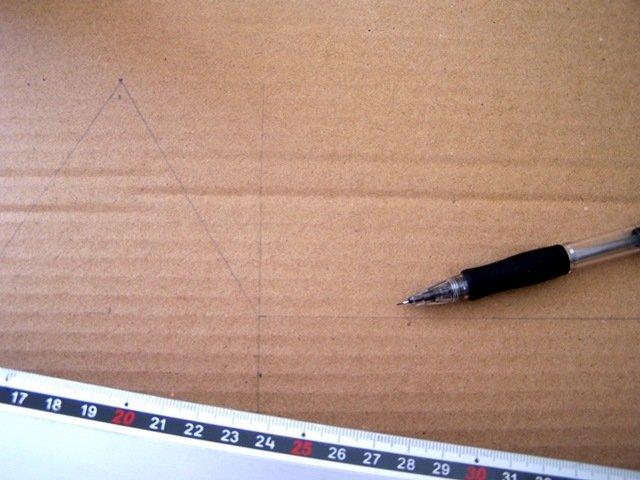 Riportate i disegni sul foglio di cartone con riga e squadra oppure ricalcate con la carta grafite i disegni ingranditi.