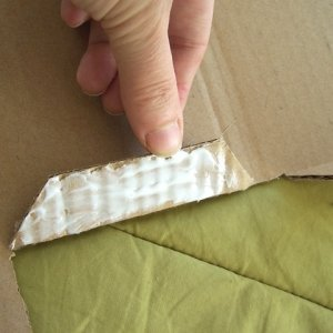 Incollate le linguette all'interno della scatola con la colla vinilica .Tenete premute le parte incollate per un minuto.