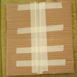 Per realizzare il tetto, ritagliate due rettangoli di cm 11 x 24 e attaccateli sui lati lunghi con il nastro carta. Il lato del tetto con il nastro carta andrà all'interno.