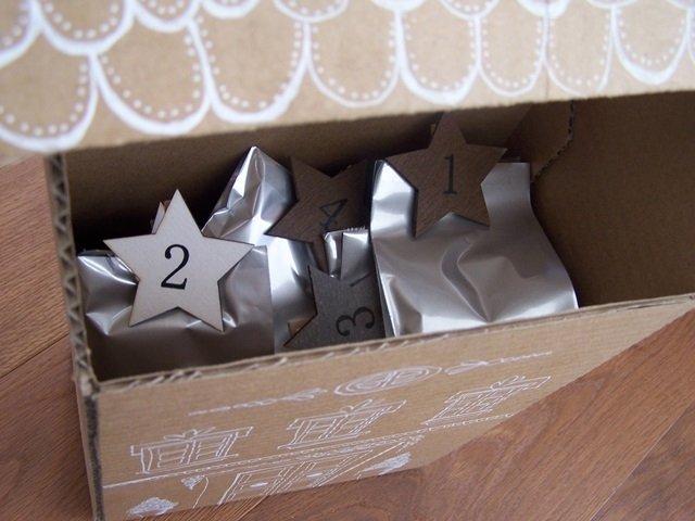 Riempite la casa con dei sacchetti chiusi con le mollette con i numeri. Il calendario dell'avvento è pronto.