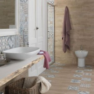 carta da parati in bagno tra decor floreale e geometrie
