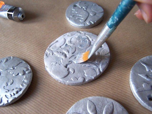 Una volta asciutti, potete dipingerli con il colore acrilico argento non diluito su entrambi i lati.