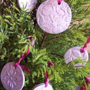 Fate asciugare ancora e completate le decorazioni con i nastri per appenderli all'albero.