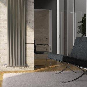 Harp è il nuovo radiatore della Deltacalor dal design fluido e sensuale di Davide Vercelli. La forza di questo termoarredo si esprime nell'unione fra estetica scultorea, innovazione tecnica ed elevate prestazioni: le alette fissate sulla piastra radiante in acciaio, aumentano la superficie radiante e ottimizzano i moti convettivi dell'aria che a loro volta incrementano l'efficienza del radiatore. Le dimensioni del radiatore idraulico sono 180 x 45 cm può essere di 502 o 925 W. Il prezzo è a partire da 850 euro + iva. www.deltacalor.com
