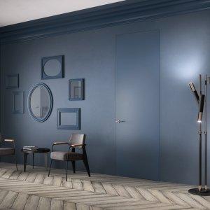 Porta filomuro Exit Zero della linea Sistema Zero di FerreroLegno, proposta con anta grezza e finita con la stessa finitura della parete. Dimensioni: 80x270 cm. Telaio: A_Filo completamente integrato nel muro.