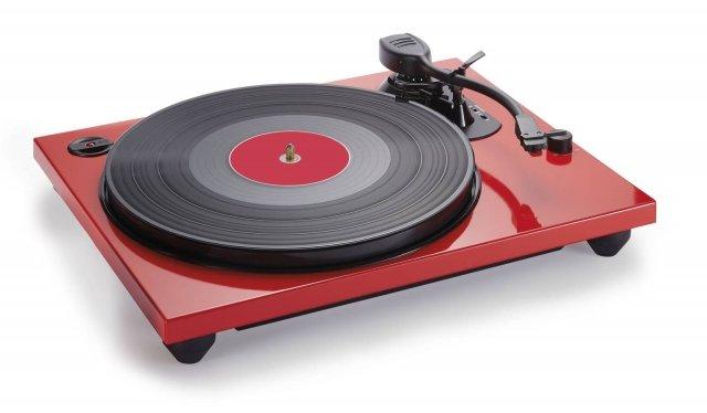 Ungiradischiche consente di registrare i vinili su PCtramite cavo USB. Bigben propone diverse soluzioni, tutte caratterizzate da 2 velocità e spegnimento automatico del braccio. Il modelloTD114, dal design elegante con finitura laccata, è disponibile nei colori rosso (TD114R) e nero (TD114N) e nella variante dotata di speaker esterniTD114SPS, anche questa di colore nero (TD114NSPS) e rosso (TD114RSPS). Prezzo: 89,99euro. www.bigben.fr