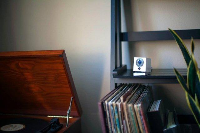 Videocamera di sicurezza Wi-Fi HD che tiene monitorato ciò che succede in casa grazie ad un angolo di ripresa di 130°. Tra le tante funzionalità, quella che rende Spot+ Camera un prodotto indispensabile è la modalità notturna, che permette di controllare perfettamente l'ambiente anche durante la notte. In questo modo e grazie alla qualità HD e lo Zoom 8x dei video, non solo non si perderà neanche un dettaglio, ma sarà anche possibile sentire cosa sta succedendo nella propria casa con l'altoparlante ed il microfono integrato. La videocamera memorizza fino a 32 GB sulla scheda micro SD (non inclusa) e grazie all'archiviazione gratuita sul cloud tiene traccia di tutta la cronologia dei video, che è possibile rivedere velocemente con la funzionalità Time-Lapse. L'app dedicata Home Security System consente di controllare tutto ciò che succede nell'abitazione direttamente dal proprio smartphone. L'installazione è facile e veloce, non è necessario l'aiuto di un professionista, perché il modulo Spot+ si applica ovunque grazie al magnete di cui è dotato. Inoltre, è un dispositivo a basso consumo energetico tanto da poter essere alimentato con un powerbank (10.000mah). Prezzo: 49,99 euro. Distribuito in Italia da Hinnovation by Nital su www.nital.it