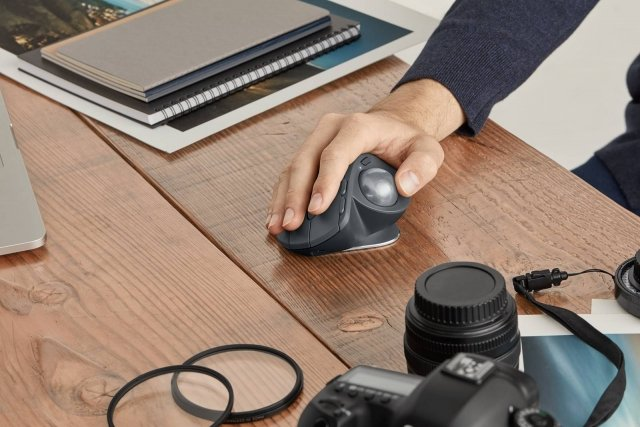 Logitech Tastiera Craft La trackball Bluetooth più avanzata di Logitech consente di diminuire del 20% il dolore da sforzo muscolare rispetto a un mouse normale. MX ERGO è dotato di una cerniera regolabile, per un comfort personalizzato e la più recente tecnologia di gestione dell'alimentazione, scorrimento e tracciamento. Logitech FLOW consente di controllare più computer senza fatica. La batteria Li-Po ricaricabile (500 mAh)mantiene la carica fino a 4 mesi con una carica completa. Un minuto di ricarica equivale a un giorno intero diutilizzo. Prezzo: 208,99 euro. www.logitech.com