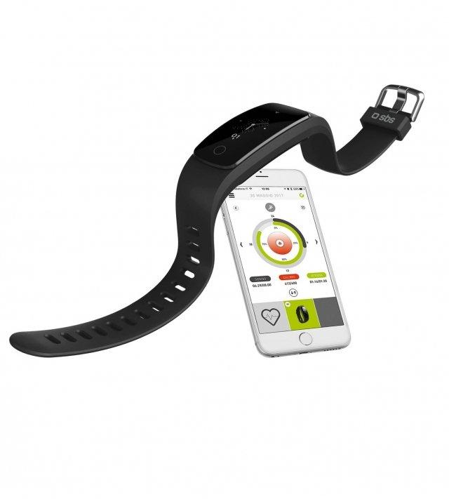 Smart Fit di SBS Mobile è l'orologio fitness che monitora l'attività fisica quotidiana e gli allenamenti di ogni giorno: registra i passi, la distanza percorsa, le calorie bruciate, la durata della tua attività fisica e la frequenza cardiaca. Aiuta anche ad avere sempre sotto controllo anche le chiamate e i messaggi in arrivo sullo smartphone. Indossato la notte, questo fitness tracker monitora automaticamente la qualità e la durata del sonno. Smart Fit permett, inoltre, di gestire la musica direttamente dal braccialetto. Per ricaricare Smart Fit non serve un caricabatterie, ma basta sfilarlo dal cinturino e collegarlo al PC o a un caricabatterie dotato di porta USB. Smart Fit utilizza con l'applicazione gratuita Go Life, sviluppata da SBS per chi ama fare sport e monitorare i propri traguardi quotidiani. Go Life è scaricabile gratuitamente da Apple App Store e Google Play Store e permette di collegare tutti i dispositivi della linea Go Life tra cui diversi fitness tracker, corda per saltare, pesi, bilancia di composizione corporea, bilancia nutrizionale e cadenziometro per le bici. Stand-by: 7 giorni. Batteria: Li-ion (65mAh). Cinturino regolabile. Prezzo: 89,90 euro. www.sbsmobile.store