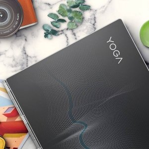 Lenovo Yoga 920 Yoga 920 Vibes Editiondi Lenovo, in foto in edizione limitata con la cover in Gorilla Glass, rappresenta il passaggio a laptop più intelligenti con nuove funzionalità nella penna, riconoscimento vocale a distanza,mixed-reality (MR), sicurezza biometrica e tante altre funzioni. La funzionalità di riconoscimento vocale è attiva anche in modalità standby e fino ad un massimo di 4 metri, grazie a Cortana che sfrutta l'intelligenza artificiale (AI) per imparare da chi utilizza il dispositivo: quindiYoga 920 diventa sempre più intelligente con il passare del tempo. È un mix di potenza, grazie al più avanzato processore Intel Quad Core i7 di ottava generazione, il sistema operativo Windows 10 e immagini affascinanti con touchscreen IPS 4K senza bordi in un telaio da 13,9 pollici. Pesa solo 1,37 kg e naturalmente, essendo convertibile, ruota a 360 gradi per essere utilizzato in quattro diverse modalità, dalaptop a tablet - passando per stand (girato con lo schermo all'esterno e la tastiera verso il basso) e tent (a tenda).Prezzo: 1.799 euro. www.lenovo.com