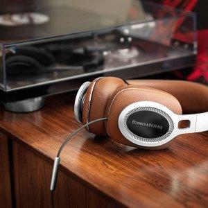 Bowers-Wilkins P9 Signature Le P9 Signature sono le nuove e sofisticate cuffie di B&W, disegnate per celebrare i 50 anni di successi dell'azienda. L'esperienza di ascolto è unica grazie a tecnologie cucite su misura che forniscono un incredibile dettaglio in gamma alta e bassi sorprendenti per prestazioni audio senza compromessi. Parte di questa eccezionale qualità di ascolto è dovuta al posizionamento innovativo del trasduttore, sistemato in modo da offrire una riproduzione più naturale. Per il design sono stati usati materiali di gran pregio: pelle Saffiano italiana e cuscinetti in memory-foam per aiutare attutire il rumore esterno e conformarsi perfettamente alla forma della testa. Prezzo al pubblico: 899 euro. www.bowers-wilkins.it