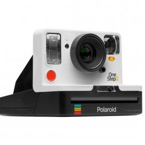 Polaroid One Step 2 One Step 2 è la nuova fotocamera analogica istantanea, degna erede dell'originale One Step, icona della fotografia istantanea. Concepita con lo stesso semplice sistema punta-e-scatta, è dotata inoltre di un potente flash integrato, una batteria di lunga durata, un cavo USB e un timer per autoscatto. Si tratta di una fotocamera pensata per essere più contemporanea che mai. Oltre alla macchina fotografica, sono arrivate sul mercato anche le nuove pellicole con formato originale, a colori, in bianco e nero e con una nuova gamma di edizioni speciali. Possono essere utilizzare sia per fotocamere analogiche istantanee di nuova generazione sia con i principali modelli Polaroid Vintage. Prezzo: 119,99 euro. Distribuito da www.nital.it