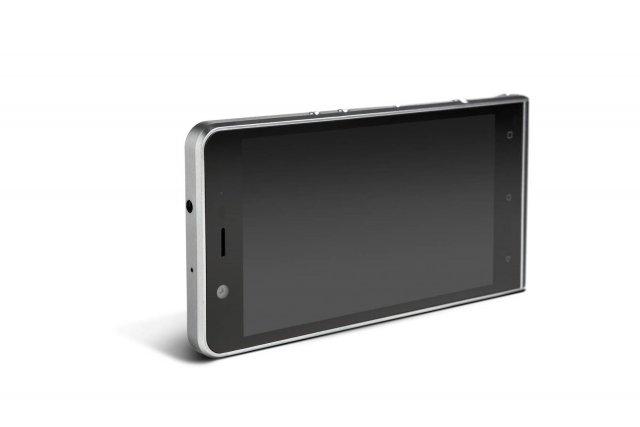 Kodak Extra Racchiude la qualità fotografica di una macchina DSLR nelle dimensioni di uno smartphone. Caratterizzato da uno stile classico e iconico nel design, Kodak Extra è dedicato a tutti coloro che amano esprimere la propria creatività in qualsiasi forma. È dotato di display da 5'' Full HD, fotocamera posteriore da 21 megapixel con apertura focale F2.0 e fotocamera anteriore da 13 megapixel con apertura focale F2.2 e PDAF. Memoria da 32 GB espandibile con scheda MicroSD, batteria da 3.000 mAh e processore deca core Mediatek Helio X20 2.3GHz. Prezzo: 399,99 euro. www.kodakphones.com
