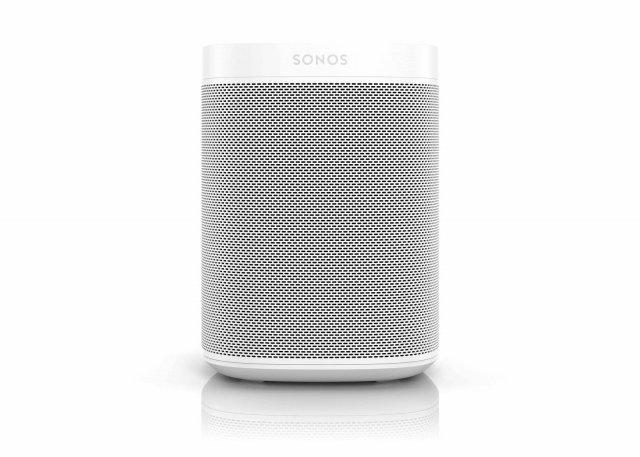 Sonos One Il nuovo smart speaker Sonos One con controllo vocale capace di supportare molteplici servizi vocali e riprodurre musica, podcast, audiolibri e altri contenuti audio da più di 80 servizi di streaming. Con SonosOneè possibile utilizzare Alexa, l'assitente di Amazon, per accedere ai servizi Amazon Music, iHeartRadio, Pandora, SiriusXM e TuneIn. I comandi vocali come pausa, salta,alza/abbassa il volume e la possibilità di chiedere che cosa è in riproduzione saranno disponibili per tutti gli altri servizi musicali supportati daSonos. ConSonosOne, gli utenti potranno quindi utilizzare la propria voce per controllare l'interoSonosHomeSound System. SonosOnepermetterà agli utenti di ascoltare le previsioni meteo, impostare un timer, ascoltare le notizie, informarsi sul traffico e persino seguire le partite in tempo reale.Nel 2018,SonosOnesi arricchirà anche dell'assistente Google, diventando così l'unicosmartspeaker a supportare tutti i principali servizi vocali. Sarà possibile ascoltare musica, fare domande, aggiornarsi sulle ultime notizie, abbassare le luci e controllare la propria agenda. Integra una schiera di6microfoni e un algoritmo adattivo di soppressione dei rumori che permette allo speaker di concentrarsi sulla persona giusta che sta ascoltando e assicura che il servizio vocale senta tutto chiaramente.  Alimentato da due amplificatori digitali classe D, untweetere unmid-woofer. Prezzo: 229 euro. www.sonos.com