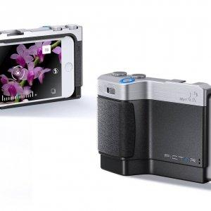 Pictar One Pictar è l'innovativa grip per iPhone che trasforma lo smartphone in una DSLR (Digital Single-Lens Reflex). Pictar permette di ritrovare la comodità dei comandi attraverso ghiere e pulsanti, posizionati proprio dove ci si aspetta di trovarli in una fotocamera reflex. Inoltre permette di gestire funzionalità e regolazioni che sono di difficile utilizzo con l'APP nativa di iPhone. Pictar presenta un'impugnatura ergonomica comoda per scattare con una mano sola. Controllo esterno sulle principali funzioni della fotocamera iPhone: zoom tramite ghiera; passaggio a scatto selfie con una sola pressione della ghiera; controllo dell'esposizione e tante altre funzionalità. Il modello Pictar One è compatibile con i modelli iPhone 4s, 5, 5c, 5s, 6, 6s, SE, 7, 8 ed è disponibile al prezzo di 109 euro. Per l'iPhone 8 plus e X è necessario il Pictar One Plus. www.pictar.it