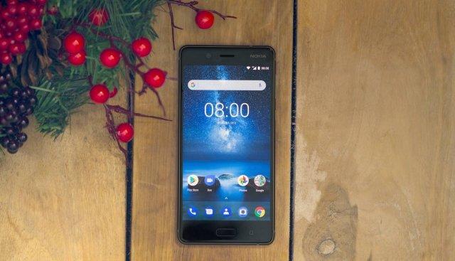 Nokia 8 Nokia 8 è il primo smartphone targato HMD Global equipaggiato con ottiche ZEISS e permette, come mai prima d'ora, di utilizzare contemporaneamente entrambe le fotocamere, anteriore e posteriore, grazie alla modalità Bothie. Durante le Feste sarà possibile catturare tutti i momenti più belli da entrambe le visuali, foto con tutta la famiglia o i video di apertura dei regali. Equipaggiato con OZO Audio, Nokia 8 sfrutta tre microfoni e un algoritmo proprietario per registrare l'audio in surround sound 3D a 360°. Dotato di processore Qualcomm Snapdragon835 Mobile Platform, il Nokia 8 non scende a compromessi sulla performance e garantisce 11 ore di riproduzione video in 4k senza necessità di ricarica.Prezzo: 599 euro. www.hmdglobal.com