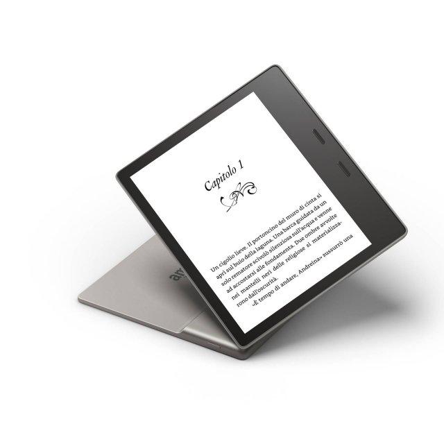 Kindle Oasis Il nuovo Kindle Oasis è il primo modello resistente all'acqua (IPX8): permette di leggere in molti più luoghi, anche al mare o in piscina. È dotato di una batteria che dura settimane e la sua capacità di ricarica rapida permette di passare da zero alla carica completa in meno di due ore.  Grazie all'ampio schermo da 7 pollici e con una risoluzione da 300 dpi mostra il 30% di parole in più per pagina, consentendo così di voltare pagina meno frequentemente e più rapidamente. Lo schermo è dotato della stessa precisione e qualità tipografica di un libro su carta stampata grazie alla luce diffusa in modo uniforme su tutta la superficie e all'assenza di riflessi, anche alla luce diretta del sole. Il design ergonomico sposta il centro di gravità sul palmo della mano, facendo sì che il dispositivo poggi su di essa come farebbe il dorso di un libro, indipendentemente da quale mano si utilizza per leggere. Oasis è caratterizzata da uno spessore che diminuisce dall'impugnatura fino ai 3,4 mm dello schermo ultra sottile, il nuovo dispositivo pesa solo 194 grammi. È stato classificato IPX8e può resistere a un'immersione in acqua dolce fino a due metri di profondità, per un massimo di 60 minuti. Prezzo: 249,99 euro per il modello da 8 GB. www.amazon.it/kindleoasis