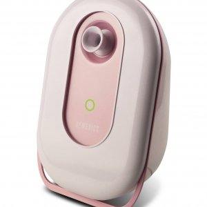 Con la nuova Sauna Viso Fresh Face di HoMedics tutte le donne possono concedersi una pulizia del viso più profonda e una maggiore idratazione a casa, in soli 15 minuti. Grazie alla tecnologia agli ioni, garantisce una pulizia profonda della pelle, migliorandone la texture e l'idratazione. Dotata di un comodo pannello touch, dispone di un unico pulsante di comando per rendere semplice e più rapida l'esperienza di utilizzo. Utilizzabile con acqua pura o distillata. Prezzo: 69,99 euro. www.homedics.it