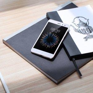 Dal punto di vista del design X1 Lite di Neffos è uno smartphone sottile di 2,75mm dotato di vetro 2,5D e una scocca posteriore a doppia curvatura, che conferiscono un aspetto elegante e permettono una presa facile con una sola mano, per consentire agli utenti di inviare messaggi o scattare foto anche in movimento. Il sensore finger print è posizionato sul retro in posizione centrale, nel punto in cui viene più naturale tenere le dita per reggere lo smartphone, per garantire uno sblocco immediato del dispositivo. La fotocamera frontale da 5 megapixel con grandangolo di 84° permette di scattare selfie perfetti, grazie anche al filtro bellezza; la fotocamera posteriore, invece, vanta un obiettivo da 13 megapixel e il sistema PDAF (sistema di rilevamento autofocus) di soli 0,2 secondi permette di catturare velocemente tutti i dettagli. La lente di apertura f/2.0 fornisce profondità di campo e rende chiari gli scatti realizzati con bassa luminosità. Il processore è Mediatek Octa-Core e la memoria interna è di 16 GB. Prezzo: 129 euro. www.neffos.it