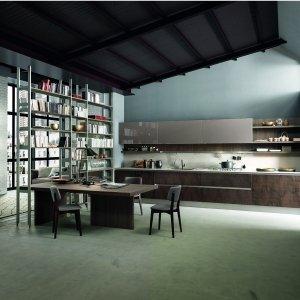 La struttura living di Kaleidos  di Febal Casa, realizzata con gli innovativi pali Joint in metallo, è sapientemente abbinata alle gole della cucina mentre il pensile in olmo scuro dona profondità e armonia alla composizione.
