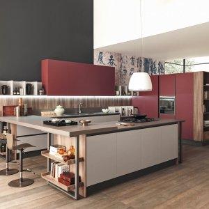 Marina 3.0 di Febal Casa  gioca con toni neutri e a contrasto, mentre i vani giorno e le vetrine organizzano sapientemente lo spazio interno ed esterno della cucina.