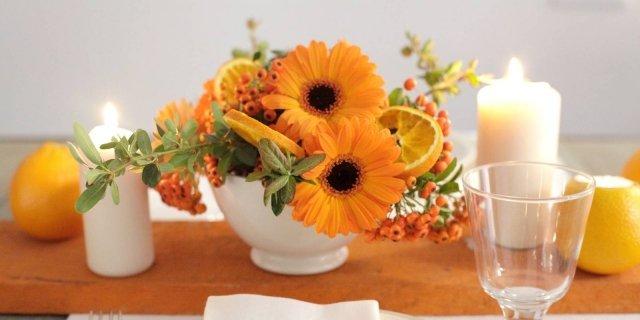 Decorazione vegetale per la tavola con runner in legno dipinto