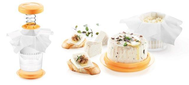 Il set della linea Della Casa Art. 643132 è uno strumento indispensabile per preparare a casa propria formaggi morbidi. Ha una molla incorporata nel coperchio che permette di pressare gli ingredienti durante la preparazione, così il formaggio prende la giusta consistenza ed un gusto delizioso. Nel set ci sono anche 5 canovacci in tessuto-non-tessuto. Una volta pronto, si può conservare il formaggio nel vassoio in dotazione. Prezzo 23,90 euro. www.tescoma.it