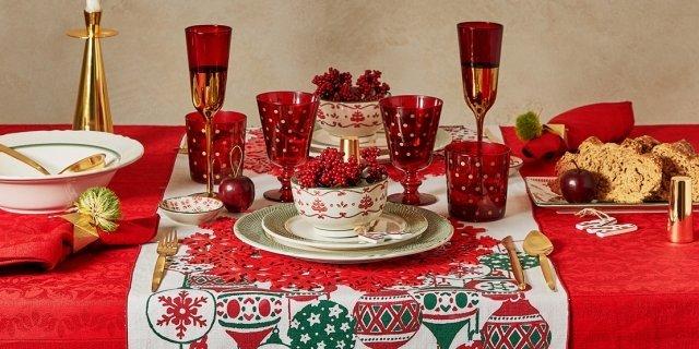 Tovaglia di Natale, nel classico rosso o persino blu, come il cielo stellato di un presepe