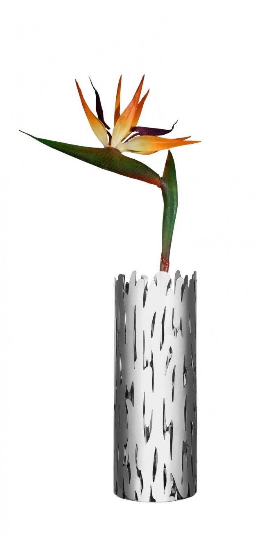 La forma del vaso per fiori Barkvase di Alessi si ispira alla corteccia degli alberi e il suo traforo richiama i nodi del legno. È composto da una struttura esterna in acciaio inossidabile e un contenitore interno in vetro. Ø cm 10,5, altezza 28 cm. In acciaio lucido, prezzo 150 euro. www.alessi.com