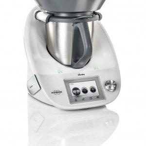 Bimby® TM5 è in grado di svolgere le funzioni di 12 elettrodomestici: mescolare, frullare, pesare, cuocere, cuocere a vapore, montare, emulsionare, macinare, riscaldare in modo controllato, tritare e impastare. Dotato di display touch screen a colori, è compatibile con la Cook-Key® che tramite wi-fi, permette di sincronizzare tutte le ricette presenti sulla piattaforma Bimby® direttamente sul robot da cucina. Prezzo 1.299 euro. https://bimby.vorwerk.it/per-averlo/per-averlo/