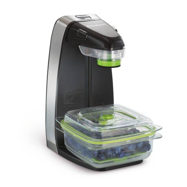 La macchina per il sottovuoto 10XSalva Freschezza di FoodSaver occupa pochissimo spazio in cucina e ha la testina regolabile in base all'altezza del contenitore da sigillare. Si può utilizzare con contenitori disponibili in 5 formati e adatti al forno a microonde, al freezer e lavabili in lavastoviglie, e con sacchetti. Misura L20xP26xH34 cm. Prezzo 109,90 euro. www.nital.it