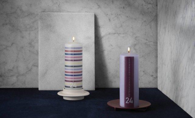 Le candele dell'avvento Jolly e Keep It Simple di Normann Copenhagen tengono in modo inusuale il conto dei giorni che mancano al Natale. Realizzate in paraffina pura completamente raffinata, sono decorate con rughe orizzontali o verticali in tinte calde e bilanciate per risultare eleganti e originali. Nella foto poggiano sui candelieri Heima, declinato in una gamma di tonalità complementari alle candele di Natale, e Fe, di ghisa, pensato per candele colorate. Prezzo 15 euro. www.normann-copenhagen.com