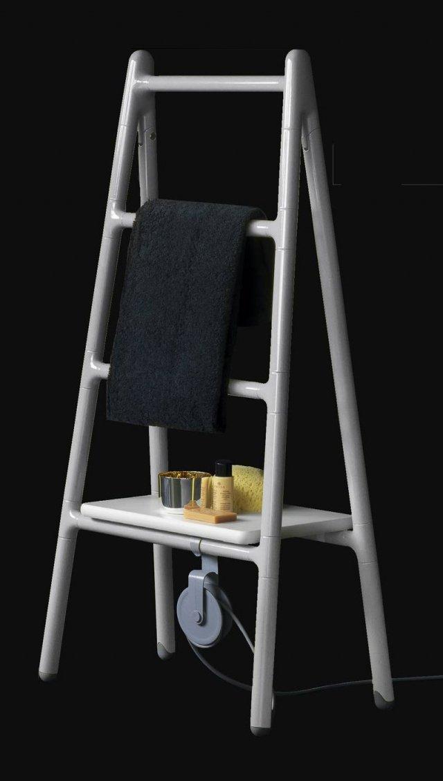Lo scalda-salviette elettrico Scaletta (design Elisa Giovannoni) di Tubes per queste feste natalizie si presenta con una nuova sofisticata livrea grigia, per proporsi come originale regalo di calore. Derivato dall'iconica forma della scala a pioli, è interamente di alluminio ed è disponibile anche in versione da appoggio a parete. Una carrucola di vago sapore industriale avvolge il cavo elettrico e alcuni accessori – appendino, porta-spugne, piano d'appoggio (per la versione freestanding) – ne potenziano la funzionalità. Prezzo su richiesta. www.tubesradiatori.com