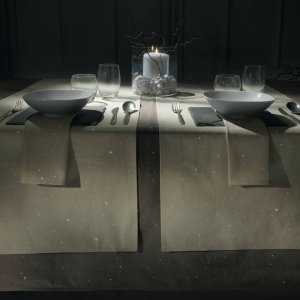 La collezione di tessili per la tavola Natale di Vallesusa oltre alle decorazioni più tradizionali offre con Saint Etienne la possibilità agli amanti dello stile contemporaneo e nordico di ricreare ambientazioni di gusto raffinatamente minimale. Il set, composto da un runner con due tovaglioli di panama di puro cotone, è disponibile nelle tinte lino, caffè, grigio ed è decorato con glitter per un delicato effetto luminoso a lume di candela. Prezzo 13,80 euro. www.gabelgroup.it