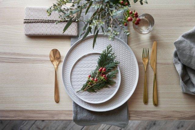 La serie Vinter 2017 (design Hanna Crondahl) di Ikea si ispira come tutta la collezione invernale 2017 del marchio alla bellezza selvaggia dell'Islanda. Di grès, ha motivo lavorato a maglia o intrecciato sui toni del grigio chiaro e comprende piatto da portata, piatto piano, piatto frutta, tazza e ciotola. Prezzo a partire da 2,50 euro. www.ikea.com