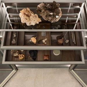 Rimadesio, Cover freestanding, dettaglio delle cassettiere con top di cuoio rigenerato argilla e accessori di noce ed ecopelle argilla.