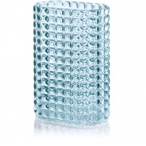 In materiale plastico a effetto cristallo, il vaso della collezione Tiffany di Guzzini si può scegliere in tre colori: trasparente, azzurro o grigio. Misura 20x29h cm. Prezzo 29 euro.