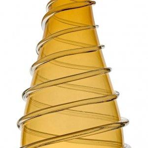 Il vaso Embrace di Ivv è in vetro colorato in massa e prende forma semplicemente dal soffio di un maestro vetraio. Caratterizzato da un filo di vetro che sembra avvolgerlo, è alto 50 cm. Prezzo 390,40 euro. www.ivvnet.it