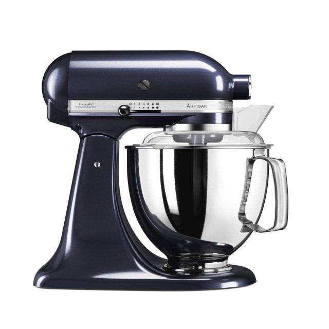Grazie alle 10 velocità, al coperchio antispruzzo e alla tecnica brevettata del movimento planetario, il robot da cucina Artisan di KitchenAid 5KSM175PS con ciotola da 4,8 litri offre una miscelazione rapida e accurata degli impasti. Robusto, con struttura in metallo pressofuso e inossidabile, può essere dotato di tantissimi accessori. Disponibile in più colori, misura L35,8xP22xH35,3 cm. Prezzo 699 euro. www.kitchenaid.it