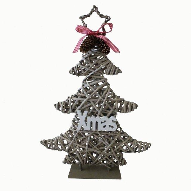Art. 35231336 di Leroy Merlin è la decorazione a forma di albero di Natale interamente realizzata in legno e decorata da una serie di particolari: la coppia di pigne, il nastrino a quadretti e la scritta applicata. È una soluzione ecologica e naturale. Misura L 44 x P 5 x H  60 cm. Prezzo 20,90 euro.   www.leroymerlin.it