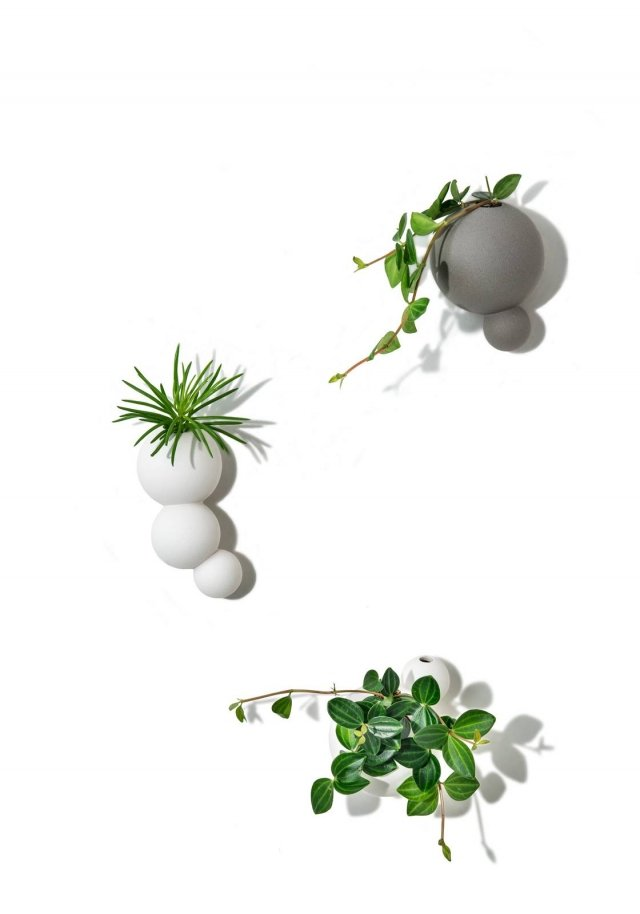 Si appendono alla parete i vasi in gres porcellanato Le Bolle di Lineasette. Di forma sferica come le bolle di sapone, sono disponibili anche in versione da appoggio e in due misure, alti 13 cm o 16 cm. Prezzo a partire da 55,10 euro. www.lineasette.com