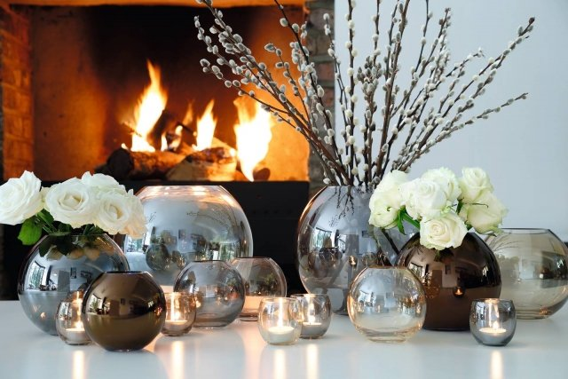 Il vaso in vetro soffiato dipinto a mano colore platino della collezione Polka di Lsa International è alto 16 cm. È disponibile anche nella versione oro. Prezzo 60 euro. www.lsa-international.com