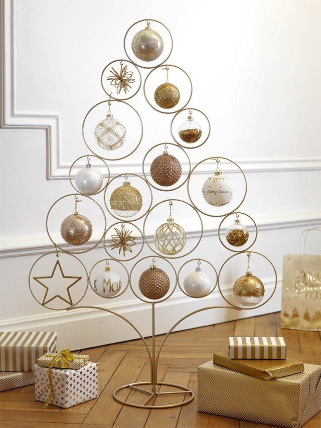 Modern Copper di Maisons du monde è l'albero di Natale stilizzato realizzato in metallo dorato a cui si possono appendere diciotto palline tutte uguali o diverse come in un prezioso espositore. Misura L 64 x H 95 cm. Prezzo 16,99 euro.   www.maisonsdumonde.com