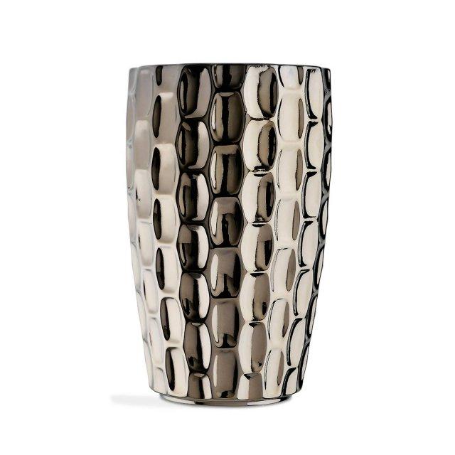 In ceramica smaltata con finitura platino, il vaso Tortuga di Marioni ha il particolare design che ricorda i disegni del carapace della tartaruga. È disponibile anche in altre finiture. Misura 24x40hcm. Prezzo 349 euro. www.marioni.it