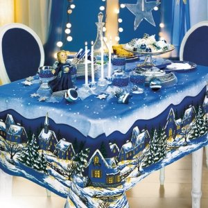 Tovaglia di Natale Paesaggio di Euronova. In cotone accuratamente rifinita, caratterizzata da un paesaggio natalizio molto coinvolgente, in blu. Misura 140x180 cm. Prezzo 7,99 euro. www.euronova-italia.it