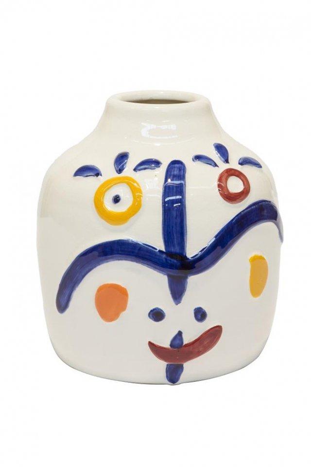 In ceramica bianca il vaso Child Joan di Novità Home ha decori realizzati a mano. Misura 15x16,50 cm. Prezzo 33,10 euro. www.novitahome.com