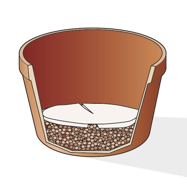 4. Sul fondo del nuovo contenitore disponete i granuli di argilla espansa e, sopra, una carta filtro, come potrebbe essere quella del caffè all'americana, per ridurre la quantità di particelle di terreno che si interpongono tra i granula di argilla.