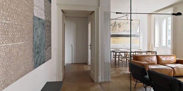110 mq con una parete in vetro per dividere soggiorno e corridoio e con la cabina armadio dietro al letto