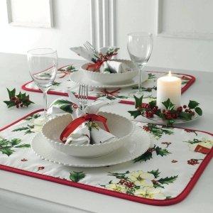 Una romantica tavola di Natale apparecchiata solo per due con le tovagliette americane Elleboro, collezione Natale di Vallesusa del Gruppo Gabel. Le due tovagliette double-face sono trapuntate in panama di puro cotone stampato. Per rendere l'atmosfera perfetta basta sistemare una candela, magari profumata, un rametto di pungitopo e confezionare i tovaglioli coordinati con un nastrino di raso rosso. Misurano L 35 x P 50 cm. Prezzo 17,50 euro (il set di 2 pezzi).  www.gabelgroup.it