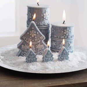 """Le candele in cera azzurra a forma di albero di Natale e di cero in vendita da Viridea permettono di creare un suggestivo bosco """"fiammeggiante"""": basta sistemarle su un vassoio aggiungendo neve artificiale, sassolini o un altro fondo a piacere (purché non infiammabile!). Le candele sono decorate a rilievo con i simboli dell'inverno e hanno dimensioni diverse. Prezzo a partire da 4,90 euro. www.viridea.it"""